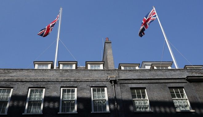 Οι σημαίες της Βρετανίας πάνω από τη Downing Street