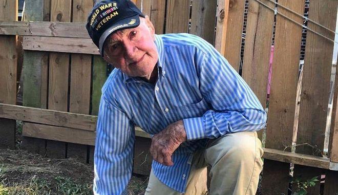 ΗΠΑ: Bετεράνος του Β΄Παγκοσμίου Πολέμου γονατίζει, σε ένδειξη συμπαράστασης στους αθλητές του NFL