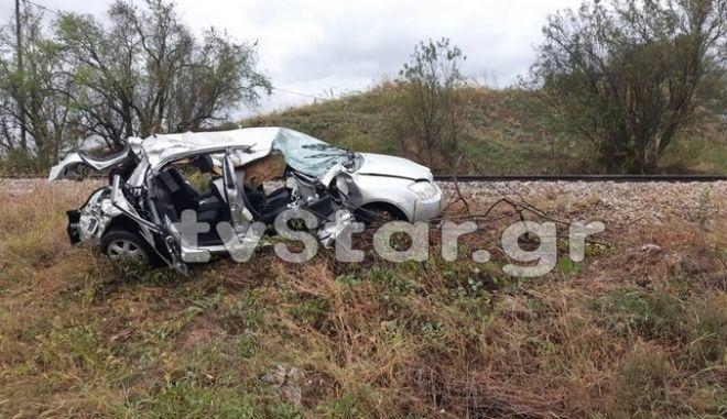 Μία νεκρή όταν το αυτοκίνητο που επέβαινε ως συνοδηγός παρασύρθηκε από τρένο σε φυλασσόμενη διάβαση