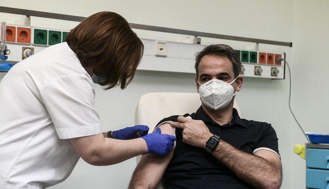 Εμβολιάστηκε ο πρωθυπουργός Κυριάκος Μητσοτάκης