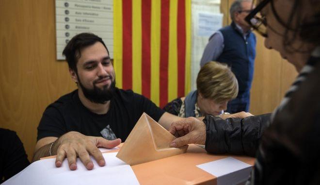 Οι Ισπανοί άρχισαν σήμερα να ψηφίζουν στις βουλευτικές εκλογές που αναμένεται ότι θα σηματοδοτηθούν από μια επιστροφή της άκρας δεξιάς περισσότερο από 40 χρόνια μετά τον θάνατο του δικτάτορα Φρανθίσκο Φράνκο
