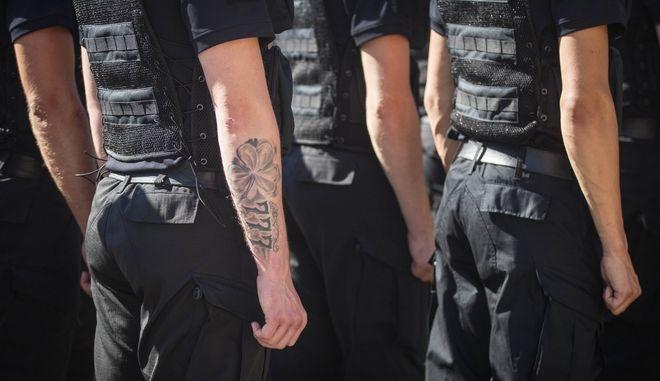 Οι Πορτογάλοι αστυνομικοί υποχρεωμένοι να αφαιρέσουν ρατσιστικά τατουάζ εντός 6 μηνών