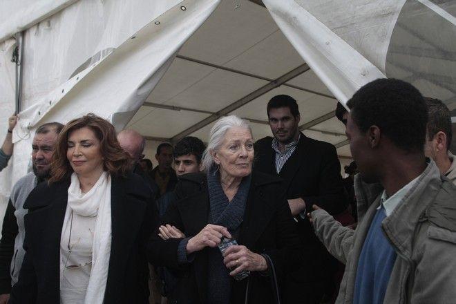 Επίσκεψη της βρετανίδας ηθοποιού, ακτιβίστριας και υπέρμαχου των ανθρωπίνων δικαιωμάτων Βανέσα Ρεντγκρέιβ, στο κέντρο φιλοξενίας προσφύγων στον Ελαιώνα την Τρίτη 5 Ιανουαρίου 2016. Η ηθοποιός που συνοδεύονταν από τον υπουργό Μεταναστευτικής Πολιτικής Γιάννη Μουζάλα και τον δήμαρχο Αθηναίων Γιώργο Καμίνη και τη Μιμή Ντενίση, συνομίλησε με πρόσφυγες και μετανάστες που μένουν εκεί, ζητώντας να μάθει τα προβλήματα που αντιμετωπίζουν. (EUROKINISSI/ΣΤΕΛΙΟΣ ΣΤΕΦΑΝΟΥ)