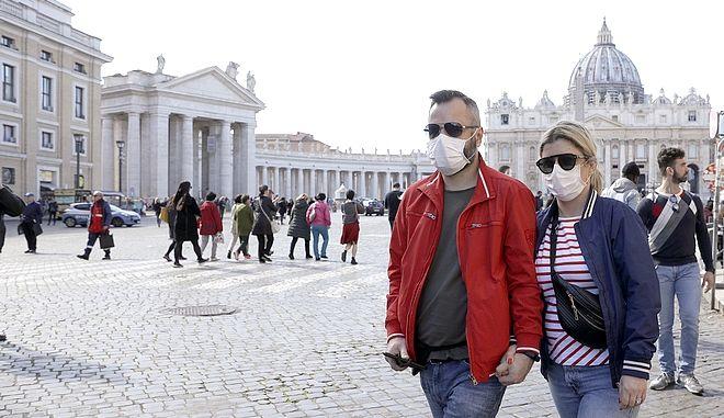 Ζευγάρι με μάσκες στο Βατικανό