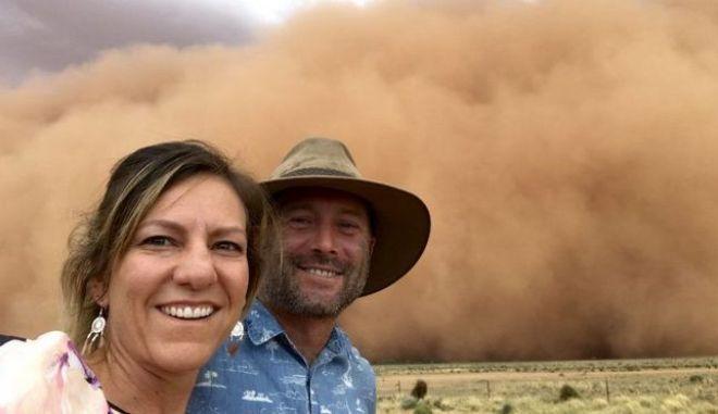 Το ανδρόγυνο από την Αυστραλία πριν καλυφθεί από την πορτοκαλί σκόνη