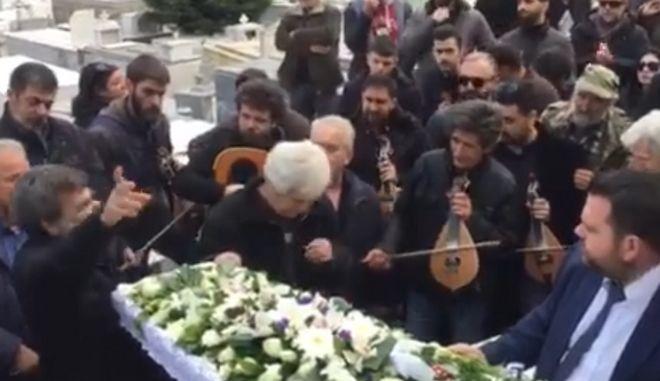Στιγμιότυπο από την κηδεία του λυράρη Γιώργη Καλομοίρη στα Ανώγεια