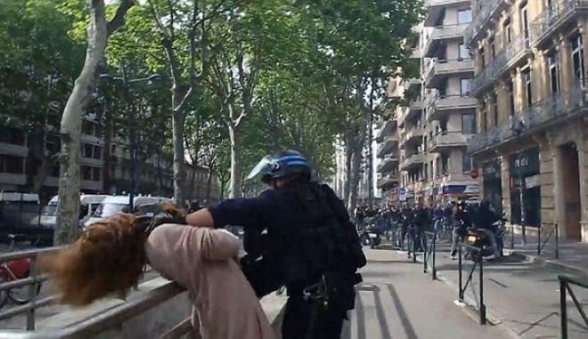 Γαλλία: Αστυνομικός αρπάζει γυναίκα από τον λαιμό και την 'πετάει' στο έδαφος