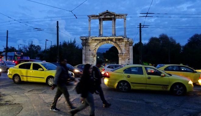 Η κίνηση των οχημάτων μπροστά από την Πύλη του Αδριανού