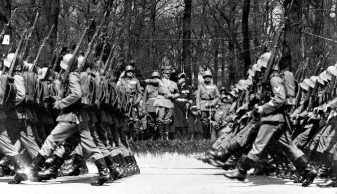 20 Απριλίου 1936: Γερμανικά στρατεύματα, διακρίνεται ο Χίτλερ