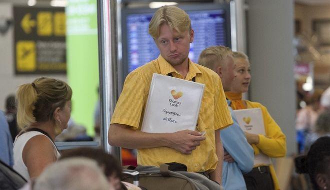 Προσωπικό εδάφους της Thomas Cook, εξηγεί στους επιβάτες τι έχει συμβεί