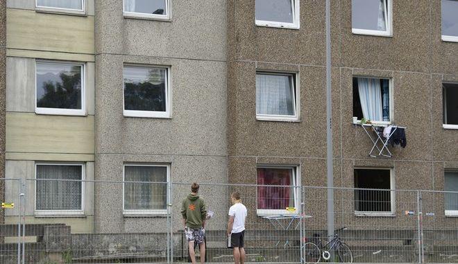 Ένοικοι κτιρίου σε καραντίνα στη Γερμανία (Swen Pfoertner/dpa via AP)
