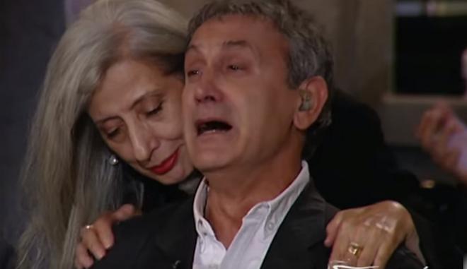 Λύγισε ο Νταλάρας: Πέταξε το μικρόφωνο και δάκρυσε για τον Μάνο Ελευθερίου