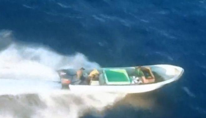 Άγρια καταδίωξη εμπόρων κοκαΐνης στη θάλασσα