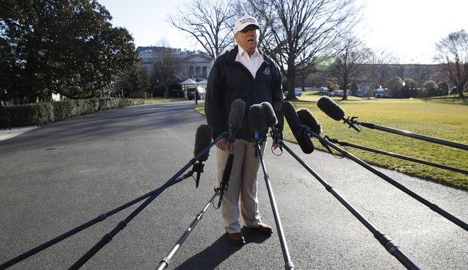 Ο Αμερικανός πρόεδρος Ντόναλντ Τραμπ έξω από τον Λευκό Οίκο
