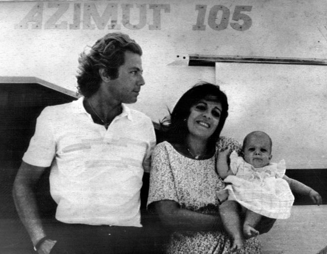 Η Χριστίνα Ωνάση με τον Τιερί Ρουσσέλ και την μικρή Αθηνά το 1985.