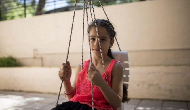 Η Alisar Bakri, 8, παίζει στην κούνια στην αυλή του σπιτιού της στο Ηράκλειο Κρήτης