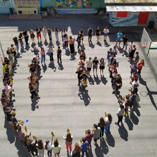 """Θεσσαλονίκη: Μαθητές και μαθήτριες σχημάτισαν καρδιά που περικλείει τη λέξη """"Γη"""""""