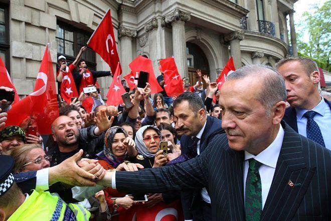 O Toύρκος Πρόεδρος Ταγίπ Ερντογάν χαιρετά υποστηρικτές του στο Λονδίνο, έξω από το ξενοδοχείο του στις 13 Μαϊου.