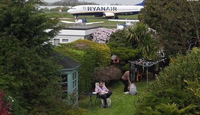 Το αεροπλάνο που διέρχεται από τον κήπο της ηλικιωμένης γυναίκας