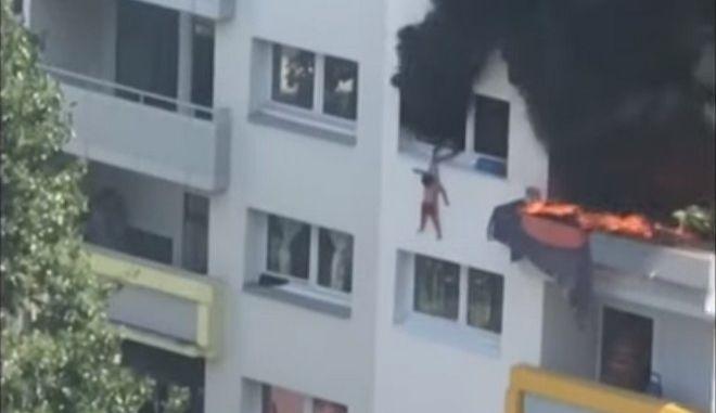 Γαλλία: Απίστευτη διάσωση δύο παιδιών από φλεγόμενο κτίριο - Πήδηξαν από τον τρίτο όροφο