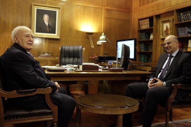 Ο Πρόεδρος της Δημοκρατίας Κάρολος Παπούλιας, με τον υπουργό Άμυνας Νίκο Δένδια, στο υπουργείο Εθνικής ΄Αμυνας,  την Δευτέρα 1 Δεκεμβρίου 2014. (EUROKINISSI/ΓΙΩΡΓΟΣ ΚΟΝΤΑΡΙΝΗΣ)