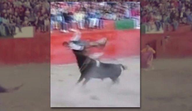 Ταύρος μαινόμενος εκτοξεύει ταυρομάχο στον αέρα
