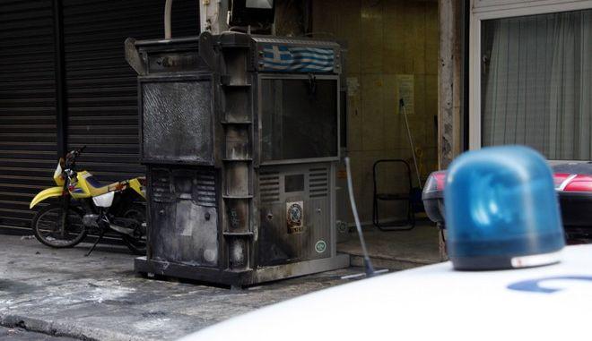 Επίθεση με βόμβες μολότοφ από ομάδα αγνώστων πραγματοποιήθηκε στις δύο τα ξημερώματα της Κυριακής 30 Σεπτεμβρίου 2012, εναντίον του αστυνομικού τμήματος Ακροπόλεως στην οδό Λεοχάρους.  Αποτέλεσμα ήταν να προκληθούν ζημιές σε 4 παρκαρισμένα αυτοκίνητα, ένα περιπολικό, ένα της ασφάλειας με συμβατικές πινακίδες και δύο Ι.Χ., καθώς και σε τέσσερεις μηχανές. (EUROKINISSI/ΓΙΩΡΓΟΣ ΚΟΝΤΑΡΙΝΗΣ)