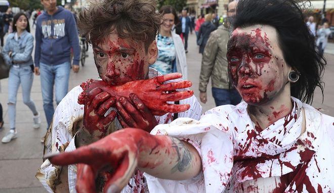 Νεαρό ζευγάρι μασκαρεμένο ως ζόμπι σε δρόμο της Βαρσοβίας