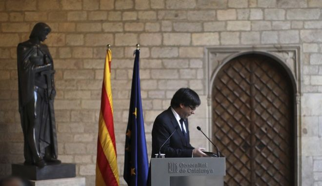 Catalan President Carles Puigdemont turns to leave after making a statement at the Palau Generalitat in Barcelona, Spain,Thursday Oct. 26, 2017. (AP Photo/Emilio Morenatti)