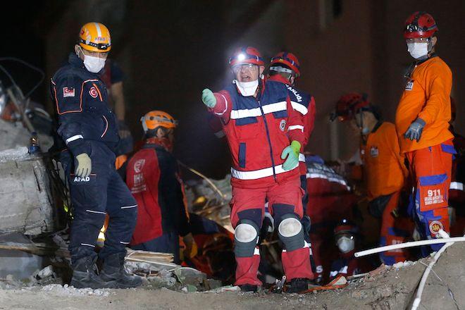 Σωστικά συνεργεία αναζητούν αγνοούμενους κάτω από τα συντρίμμια των κτιρίων, χωρίς να σταματάνε τις προσπάθειές τους κατά την διάρκεια της νύχτας, Σμύρνη 30 Οκτωβρίου 2020.