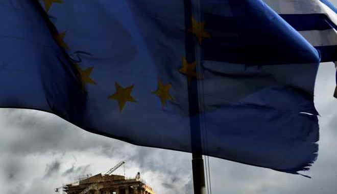 """Ένα από τα επτά θαύματα του κόσμου,το Ελληνικό η Ακρόπολη,στέκει όρθιο γιατί η βάση του είναι βράχος.Η Ελληνική και η σημαία της Ευρωπαικής Ένωσης,κυματίζουν με φόντο την Ακρόπολη,παρά την χθεσινή συνεδριαση του eurogroup που δεν κατέληξε σε συμφωνία.Τα """"μάτια"""" της Ευρώπης και πάλι πάνω στην Ελλάδα,που διεκδικεί ένα καλύτερο μέλλον,Τρίτη 17 Φεβρουαρίου 2015 (EUROKINISSI/ΑΝΤΩΝΗΣ ΝΙΚΟΛΟΠΟΥΛΟΣ)"""