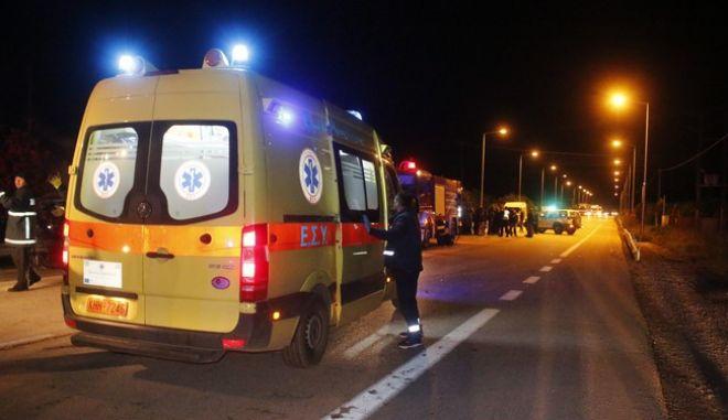 ΑΡΓΟΣ-Τροχαίο δυστύχημα ,σημειώθηκε σήμερα το βράδυ στην Μυκηνών-Ναυπλίου μεταξύ δύο ΙΧ επιβατικών αυτοκινήτων.  Αποτέλεσμα ένας  σοβαρά τραυματίας και ένας νεκρός. Ο άτυχος οδηγός  εγκλωβίστηκε μετά τη σύγκρουση και απανθρακώθηκε μέσα στο ΙΧ του .Στο σημείο έσπευσαν δυνάμεις της τροχαίας ,της πυροσβεστικής και το ΕΚΑΒ.Προανάκριση διενεργεί η Τροχαία Άργους. (EUROKINISSI-ΒΑΣΙΛΗΣ ΠΑΠΑΔΟΠΟΥΛΟΣ)