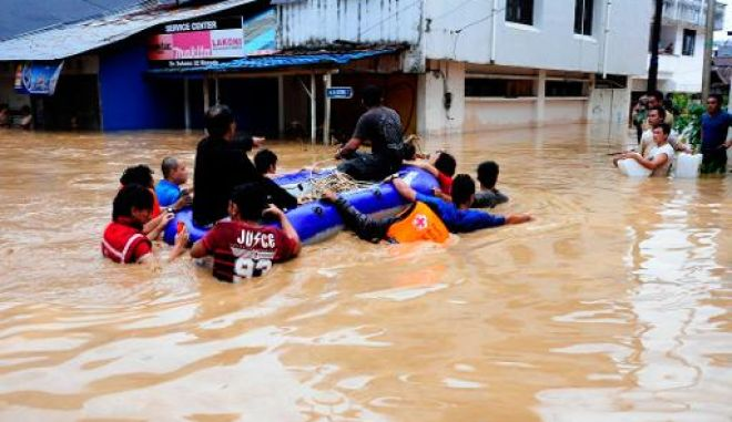 Ινδονησία: Δεκατρείς νεκροί και 40.000 εκτοπισμένοι από τις πλημμύρες και τις κατολισθήσεις