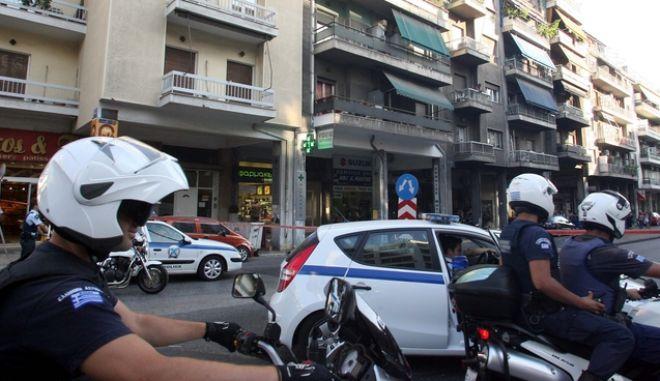 Κλειστό παρέμεινε το ρεύμα της Μεσογείων προς Αθήνα στο ύψος της Κατεχάκη την Πέμπτη 21 Ιουλίου 2011, όταν άνδρας άρχισε να πετάει αντικείμενα στον δρόμο. (EUROKINISSI // ΤΑΤΙΑΝΑ ΜΠΟΛΑΡΗ)