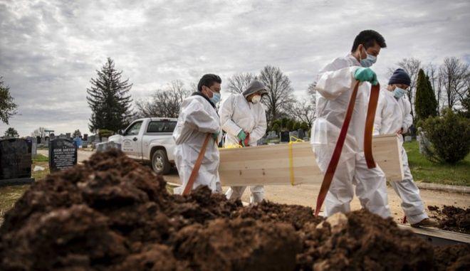 Ταφή νεκρών στην Νέα Υόρκη χωρίς την παρουσία οικογένειας (AP Photo/David Goldman)