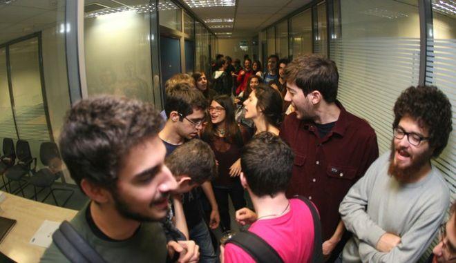 """ΑΘΗΝΑ-Φοιτητές, ακτιβιστές από τη νεολαία της Αριστεράς """"έχτισαν"""" με βιβλία την είσοδο του γραφείου του υπουργού Παιδείας Κωνσταντίνου Αρβανιτόπουλου, στην Πάντειο και κρέμασαν ένα πανό ζητώντας να συμμετάσχουν όλοι στην αυριανή απεργία ΓΣΕΕ και ΑΔΕΔΥ.(EUROKINISSI-ΤΑΤΙΑΝΑ ΜΠΟΛΑΡΗ)"""