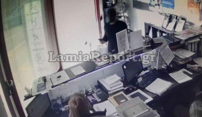 Στιγμιότυπο από το βίντεο που δείχνει τον δράστη να κλέβει πορτοφόλι.