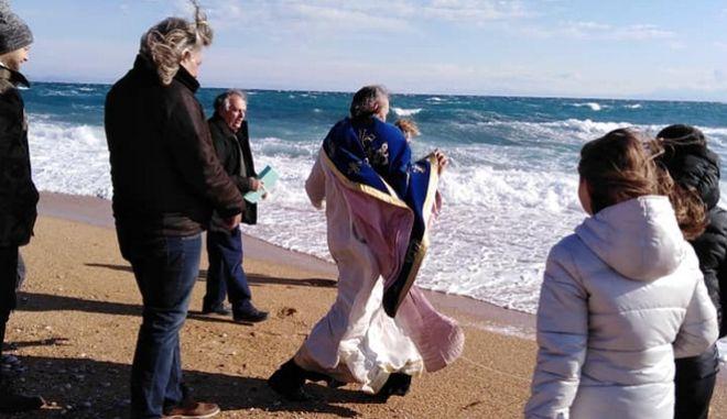 Θεοφάνεια: Ιερέας έπεσε στη θάλασσα εξαιτίας των ανέμων
