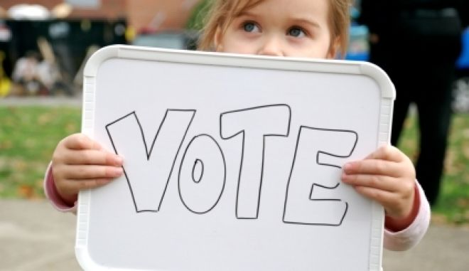 Ένα παιδί μετράει τις ψήφους