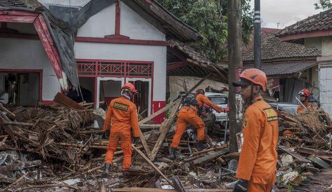 """Ομάδες διάσωσης """"χτενίζουν"""" τις ινδονησιακές ακτές με την ελπίδα να βρουν επιζώντες από το φονικό τσουνάμι"""