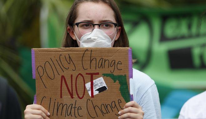 16χρονη με πλακάτ σε διαδήλωση για την κλιματική αλλαγή στο Μαϊάμι