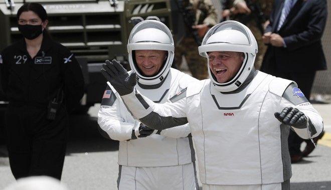 Οι αστροναύτες της NASA, Νταγκάς Χάρλεϊ(αριστερά) και Ρόμπερτ Μπένκεν, καθ'οδόν για το διαστημικό όχημα Dragon που θα τους μεταφέρει στον Διεθνή Διαστημικό Σταθμό