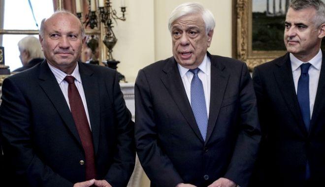"""Συνάντηση του Προέδρου της Δημοκρατίας Προκόπη Παυλόπουλου με αντιπροσωπεία της Οργάνωσης  Δημοκρατική Ένωση Εθνικής Ελληνικής Μειονότητας """"Ομόνοια"""" (Δ.Ε.Ε.Ε.Μ.-ΟΜΟΝΟΙΑ), στην Αλβανία,  και του Κόμματος Ένωση Ανθρωπίνων Δικαιωμάτων (Κ.Ε.Α.Δ.), την Παρσκευή 15 Νομεβρίου 2019. (EUROKINISSI/ΓΙΑΝΝΗΣ ΠΑΝΑΓΟΠΟΥΛΟΣ)"""