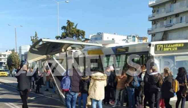 Παραλίγο τραγωδία στη Γλυφάδα: Λεωφορείο έπεσε πάνω σε στάση