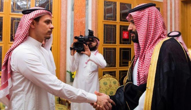 Ο ένας από τους γιους του Κασόγκι (αριστερά) χαιρετά τον πρίγκιπα μπιν Σάλμαν