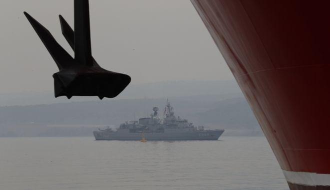 Πλοίο του τουρκικού ναυτικού πλέει κοντά στο Yavuz