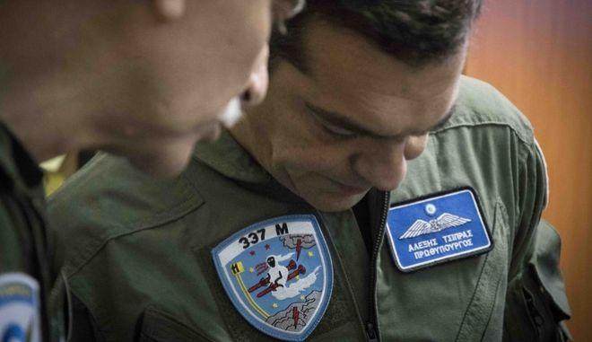 Ο Αλέξης Τσίπρας μέσα στο κόκπιτ του F-16 tsipras pilotos 2