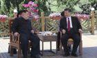 Στιγμιότυπα απ' τη νέα συνάντηση του Σι Τζινπίνγκ και του Κιμ Γιονγκ Ουν