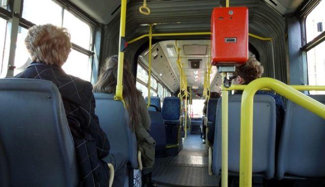 Στιγμιότυπο από λεωφορέιο του ΟΑΣΑ σε δρομολόγιο. Ο υπουργός Υποδομών, Μεταφορών και Δικτύων, Μιχάλης Χρυσοχοΐδης, και ο υπουργός Ανάπτυξης και Ανταγωνιστικότητας, Κωστής Χατζηδάκης, έδωσα συνέντευξη Τύπου αναφορικά με το έργο ΣΔΙΤ του ηλεκτρονικού εισιτηρίου των αστικών συγκοινωνιών της Αττικής, την Τετάρτη 19 Μαρτίου 2014. (EUROKINISSI/ΓΙΩΡΓΟΣ ΚΟΝΤΑΡΙΝΗΣ)