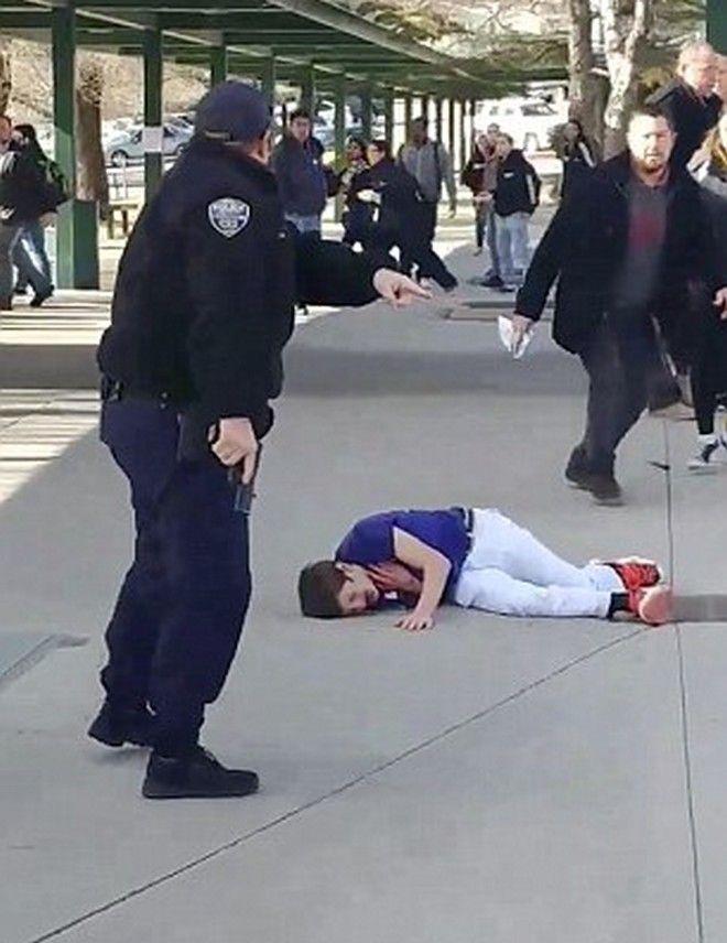 Βίντεο: Αστυνομικοί πυροβολούν μαθητή που κρατά μαχαίρι